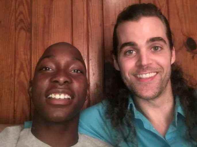 Desesperado Por Comida Este Jovem é Ajudado Por Um Estranho Que Muda a Sua Vida